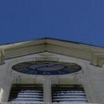 Kirchturm mit Uhr
